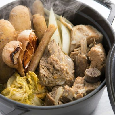 スペアリブのほうじ茶煮込みソースを使ったお料理
