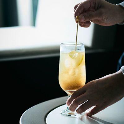 カカオジンジャーレモンシロップ 瓶とグラスイメージ