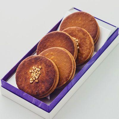 箱入りのキャラメルサンドクッキー