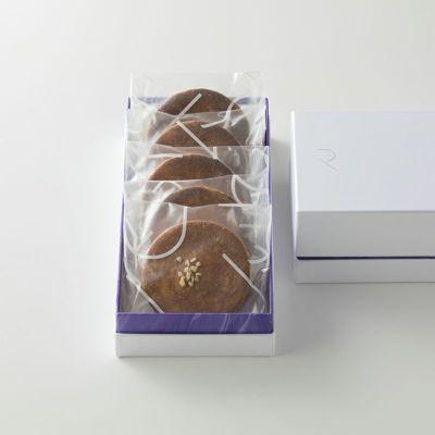 袋入りのキャラメルサンドクッキー