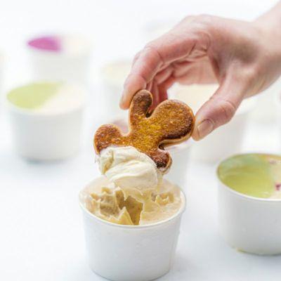 ジェラートをキャラメルサンドクッキーですくうイメージ